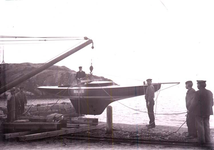 """Segelbåten """"Greta"""" sjösätts i Kyrkvik, Lysekil våren 1907"""