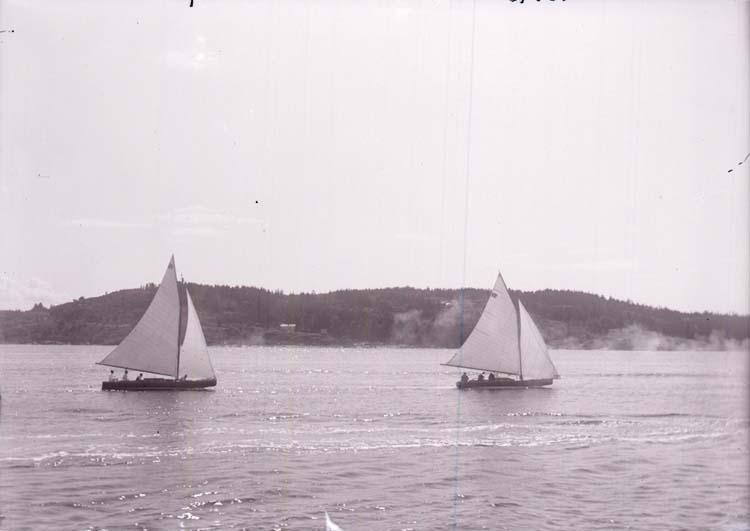 """Enligt text som medföljde bilden: """"Asta och Bölja. Gustavsberg Aug 09""""."""