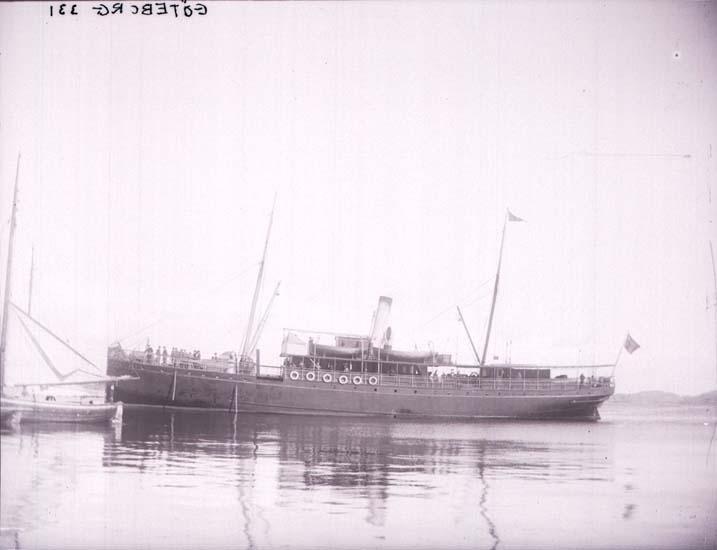 """Enligt text som medföljde bilden: """"Ångaren """"Göteborg"""" Lysekil 3/9 1899 ögonblick.  Taget fr. vår Trädgård Hugo Hallgren."""""""