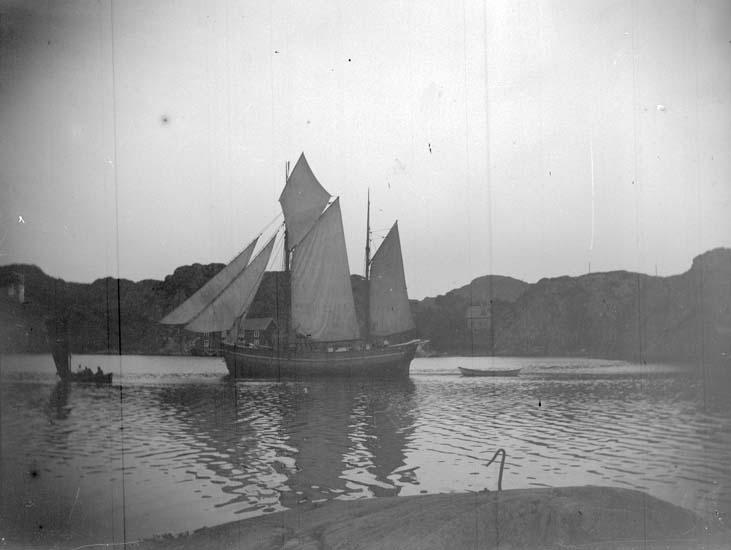 """Enligt text som medföljde bilden: """"Lunnevik. En segelbåt vid Lunnevik 1897."""""""