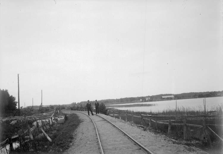 """Enligt text som medföljde bilden: """"Arkösund. Järnvägsbanken 19/8 1900."""" ::"""