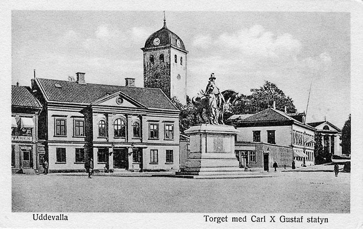 "Kort: ""Uddevalla. Torget med Carl X Gustaf statyn""."