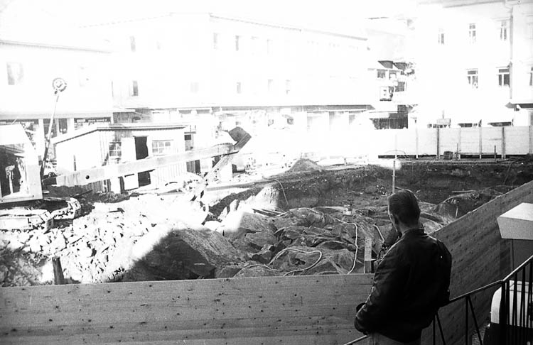 """Enligt fotografens notering: """"Torget i Lysekil 12/10 1964""""."""