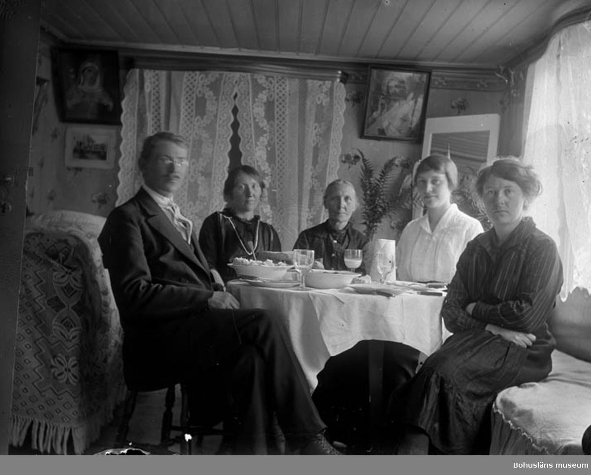 "Text till bilden: ""Redaren S. P. Pettersson med familjen""."