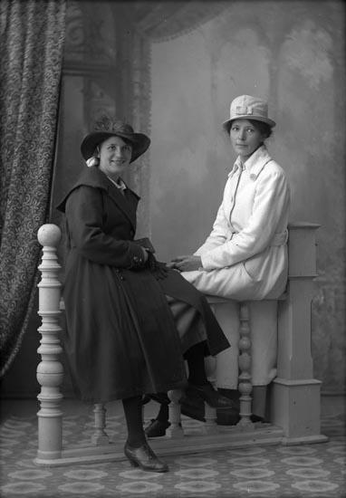 """Enligt fotografens anteckningar: """"Foto omkring år 1919 eller 1920- Selma Sahlberg & Greta Wallin biträde, gift Henry Gabrielsson""""."""