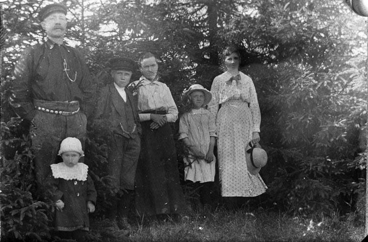 """Enligt fotografens noteringar: """"Anna Johanssons gamla plåtar framtagna fr. olika år 1921-1922-23-24 best of Aug 1953. Hushållerska hos Herr Isaksson organist Hede"""""""