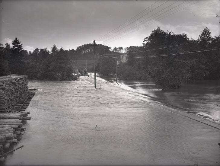 """""""Öfversvämning 1926 Munkedal Järnväg. Vid Bajan.""""  """"Oscar Appelgrens hus på Bajan."""""""