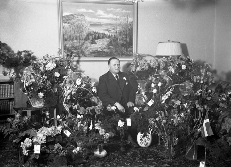 """Text som medföljde bilden: """"1953. Nr. 16. Gunnar Johansson Handelsf. 50 år. från Full..?""""  Uppgifter från Munkedals HBF: """"Gunnar var från Fulltaga. Han var föreståndare för Handelsmannaföreningens affär på Önnebacka. Flera perioder var han fullmäktiges ordförande. Han hjälpte även till i Munkedals folkbibliotek. Även känd som kyrkopolitiker."""""""