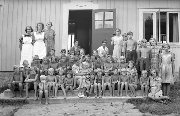 """Enligt fotografens noteringar: """"Trol. Studseröds barnkoloni i Skredsvik""""."""