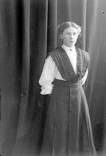 "Enligt fotografens journal nr 2 1909-1915: ""Berntsson Gerda, Röd Svanesund""."