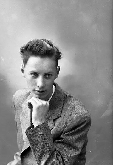 """Enligt fotografens journal nr 8 1951-1957: """"Ahlqvist, Carl Bruno (realexamen) Här""""."""