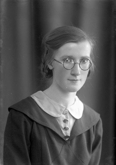 """Enligt fotografens journal nr 4 1918-1922: """"Thuresson, Hulda L-a Höga Jörlanda""""."""