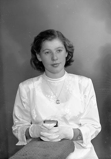 "Enligt fotografens journal nr 8 1951-1957: ""Larsson, Majvor Svanesund""."