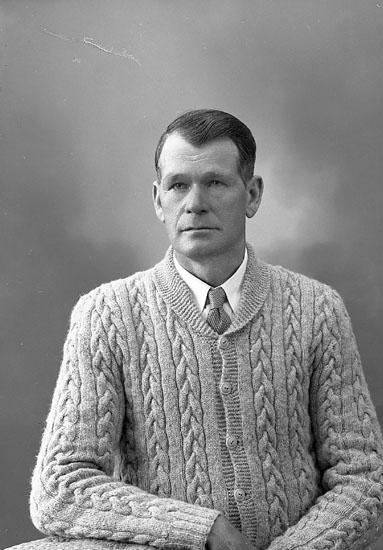 """Enligt fotografens journal nr 8 1951-1957: """"Wilhelmsson, Herr Torsten Jörlanda""""."""