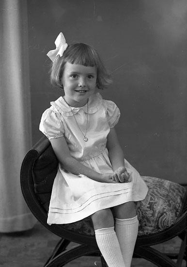 "Enligt fotografens journal nr 8 1951-1957: ""Månsson, Anne-Kristin Känstorp St. Höga""."