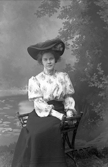 """Enligt fotografens journal nr 1 1904-1908: """"Björck, Ingegerd, Torgg. 13 Borås""""."""