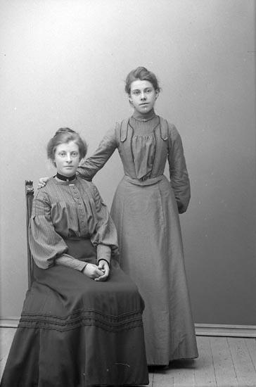 """Enligt fotografens journal nr 1 1904-1908: """"Torsson Agusta Fr. Stenungsund""""."""