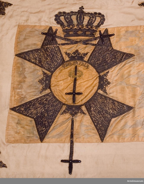 Grupp B.  Se AMV Meddelanden III sid 35. Spetsen har tre kronor längd 180 mm. 18160128 enligt go 283 1815 tilldelat Cederströmska (förutvarande Mörnerska) husarregementet.