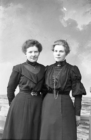 """Enligt fotografens journal nr 1 1904-1908: """"Svensson, Hilda Evenås""""."""