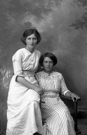 """Enligt fotografens journal Lyckorna 1909-1918: """"Olsson, Greta Kåröd Stillingsön""""."""