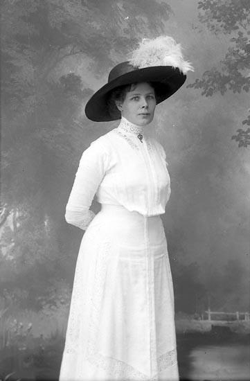 """Enligt fotografens journal Lyckorna 1909-1918: """"Gustafsson, Amanda Björkås Lyckorna""""."""