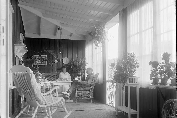 """Enligt fotografens journal nr 2 1909-1915: """"Lundqvist, Grosshandl. Verandan Ön"""". Enligt fotografens notering: """"Grosshandlare Bror Lundqvist, Ön""""."""
