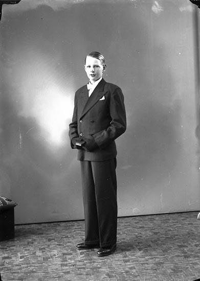 "Enligt fotografens journal nr 6 1930-1943: ""Karlsson, Ingvar Gröteröd, Stenungsund""."