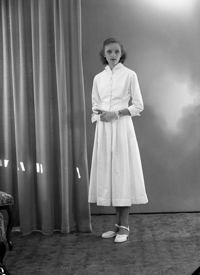 """Enligt fotografens journal nr 8 1951-1957: """"Tobiasson, Gunilla Hagalund, Skårby""""."""