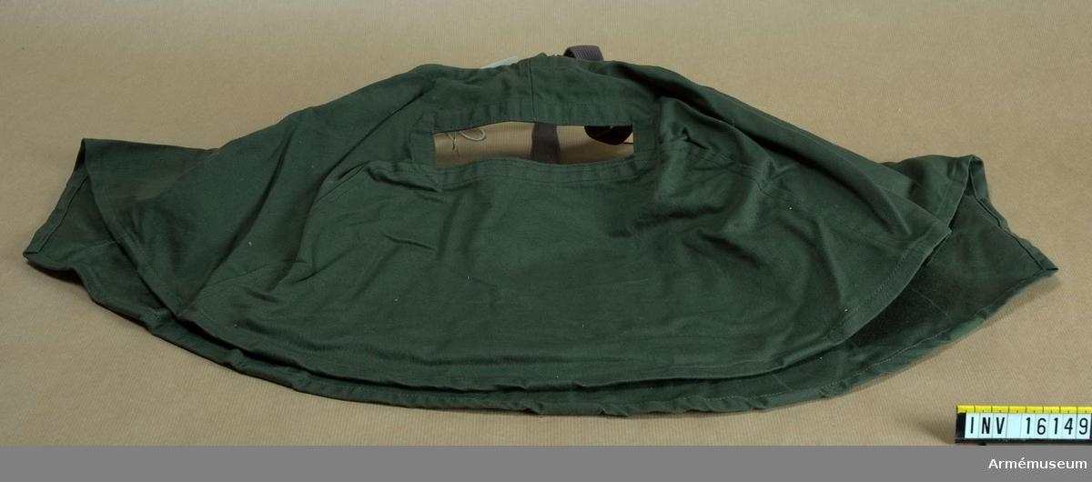 Skyddsdok fm/1956, m/SkyddsS. Med band i kors över hjässan och med åtdragbar snodd för att reglera vidden. Har bred synöppning.