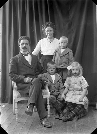 """Enligt fotografens journal nr 2 1909-1915: """"Wiik, Folkskollärare, Jörlanda""""."""