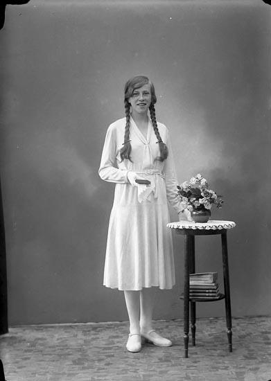 """Enligt fotografens journal nr 6 1930-1943: """"Gunnarsson, Gunvor, Husebacken Svenshögen""""."""
