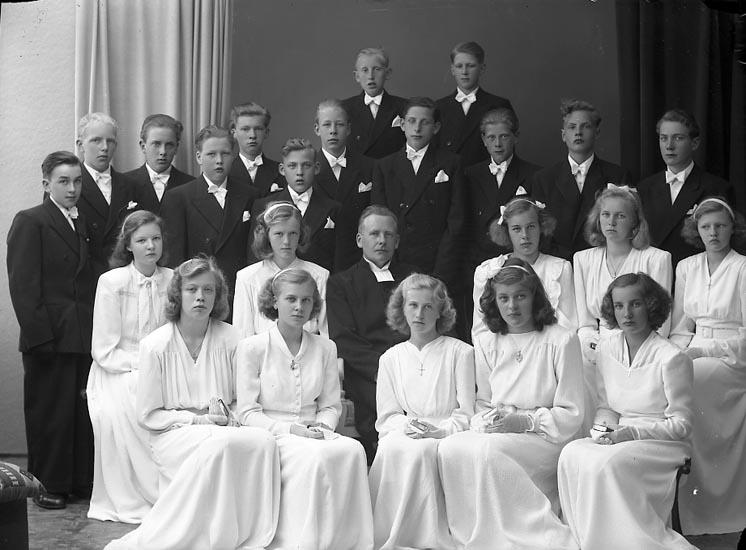 """Enligt fotografens journal nr 7 1944-1950: """"Ödsmåls konfirmander""""."""