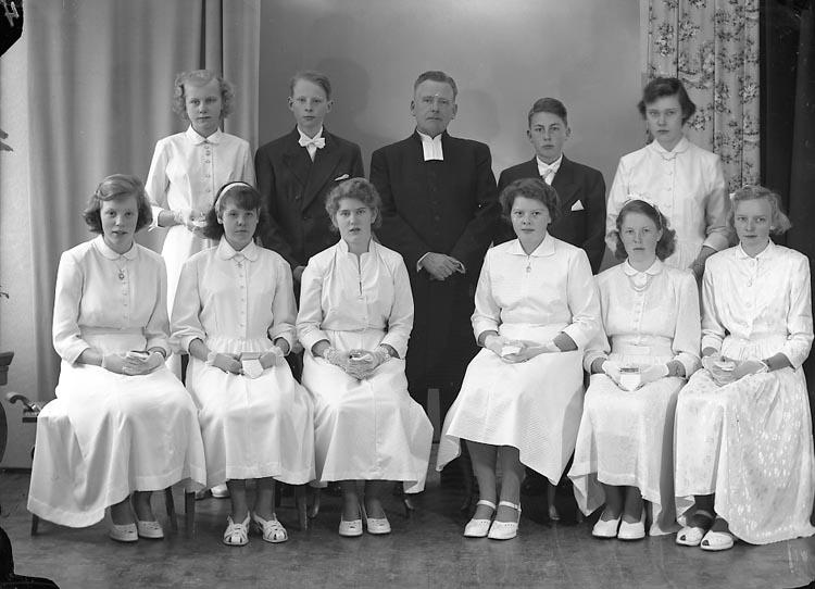 """Enligt fotografens journal nr 8 1951-1957: """"Konfirmander Kyrkoh. Norén Ödsmål""""."""