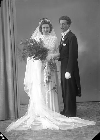 "Enligt fotografens journal nr 7 1944-1950: ""Gustafsson, Brudparet Arne Ucklum""."