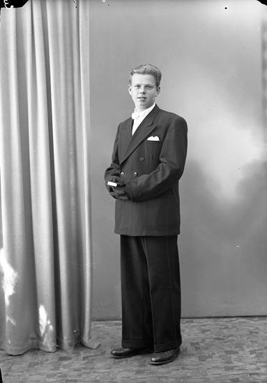 """Enligt fotografens journal nr 7 1944-1950: """"Anderberg, Morgan Kärr Stenungsund""""."""