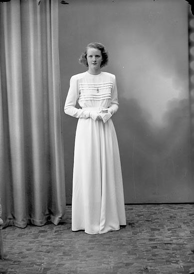 """Enligt fotografens journal nr 7 1944-1950: """"Alfredsson, Eivor Kyrkenorum Här""""."""
