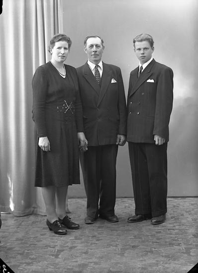 "Enligt fotografens journal nr 7 1944-1950: ""Olsson, Herr Anders Ödsmål""."