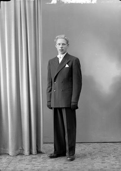 """Enligt fotografens journal nr 7 1944-1950: """"Olofsson, Herr Gösta Box 51 St. Höga""""."""