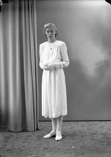 """Enligt fotografens journal nr 7 1944-1950: """"Nilsson, Eina, Harås, Spekeröd""""."""