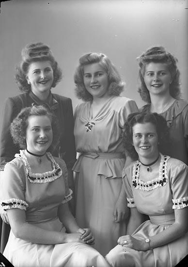 """Enligt fotografens journal nr 7 1944-1950: """"Ström, Fr. Ingrid Svanesund""""."""