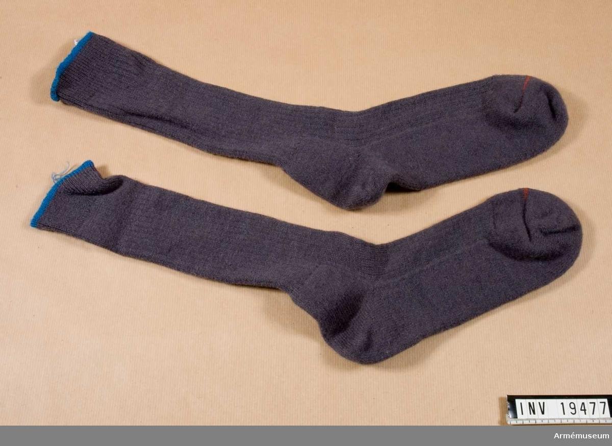 Knästrumpor. Stålgrå strumpor av 75 % ull, med knähöga skaft och storleksmärkning i mudden. Finns i 5 storlekar. Tål vattentvätt i upp till 35. Den filtade sulan kan kännas tovig efter tvätt men mjuknar snabbt.