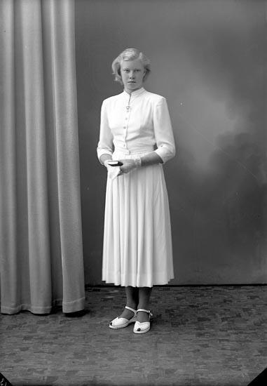 """Enligt fotografens journal nr 8 1951-1957: """"Hjärn, Ulla Stenungsund""""."""