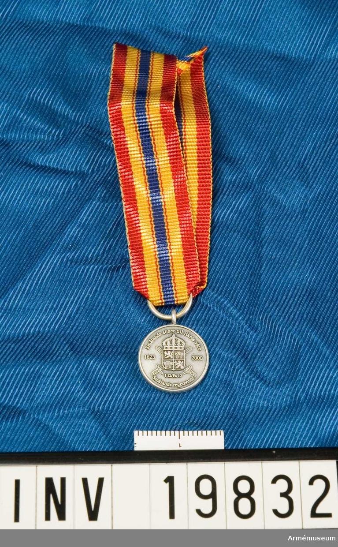 Medaljen är rund. Vapenskölden lagd över två korslagda svärd samt krönt med en kunglig krona. Skölden fyrdelad med ett lejon i 2:a och 3:e fältet och med ett torn i 1:a och 4:e fältet. På frånsidan en vapensköld lagd över två korslagda musköter samt krönt med en kunglig krona. I skölden ett armborst åtföljt av två rosor. Inskription: Smålands söner till rikets värn. 1623-2000. I 12/Fo 17. Smålands regemente. Inskription på frånsidan: Smålands söner till rikets värn. 1994-2000. I 12/Fo 17. IB 12.Smålandsbrigaden. Gult band med breda röda kanter, ett blått band i mitten med ett rött streck på vardera sidan. Miniatyrmedaljen förvaras i en ask tillsammans med en medalj och ett släpspänne.