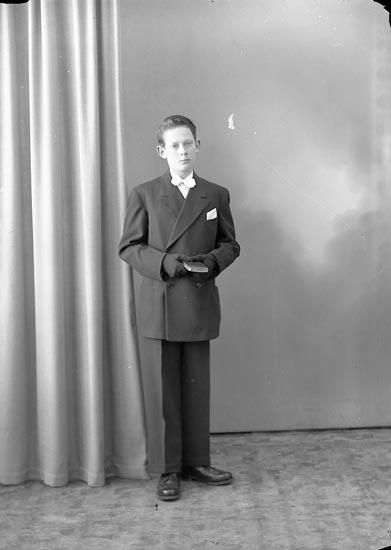 """Enligt fotografens journal nr 8 1951-1957: """"Olsson, Torvald Kläpp Ödsmål""""."""