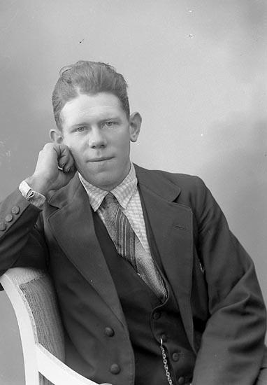 """Enligt fotografens journal nr 6 1930-1943: """"Karlsson, Edvin Koppers egendom Här""""."""