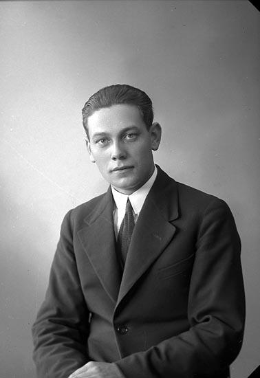 """Enligt fotografens journal nr 5 1923-1929: """"Johansson, Evert Spekeröd""""."""