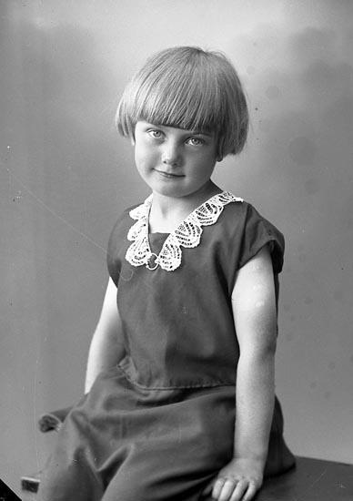 """Enligt fotografens journal nr 6 1930-1943: """"Kjellberg, Britt, Johan Andersson Furufjäll Här""""."""