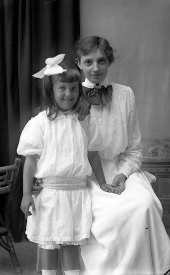 """Enligt fotografens journal Lyckorna 1909-1918: """"Fru Norström Apoteket Ljungskile""""."""