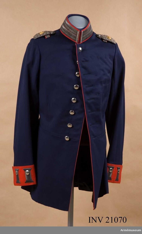Grupp C I. Ur uniform för officer vid Badisches Leibgrenadierregiment. Består av kappor, kolletter, syrtut, vapenrock, ridbyxa, långbyxor, hjälm, mössa, skärp, sabel m tillbehör.