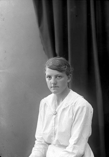 """Enligt fotografens journal nr 4 1918-1922: """"Abrahamsson, Klara Inlag Här""""."""